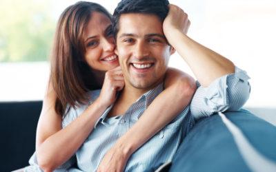 coppia felice a letto con creme xl