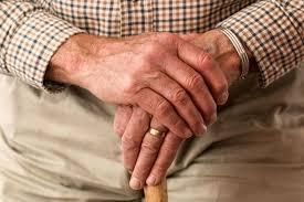 mano anziana dolorante per artrosi
